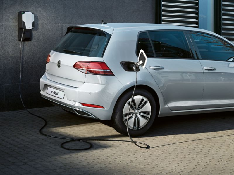 Volkswagen e-Golf in carica ad una wallbox