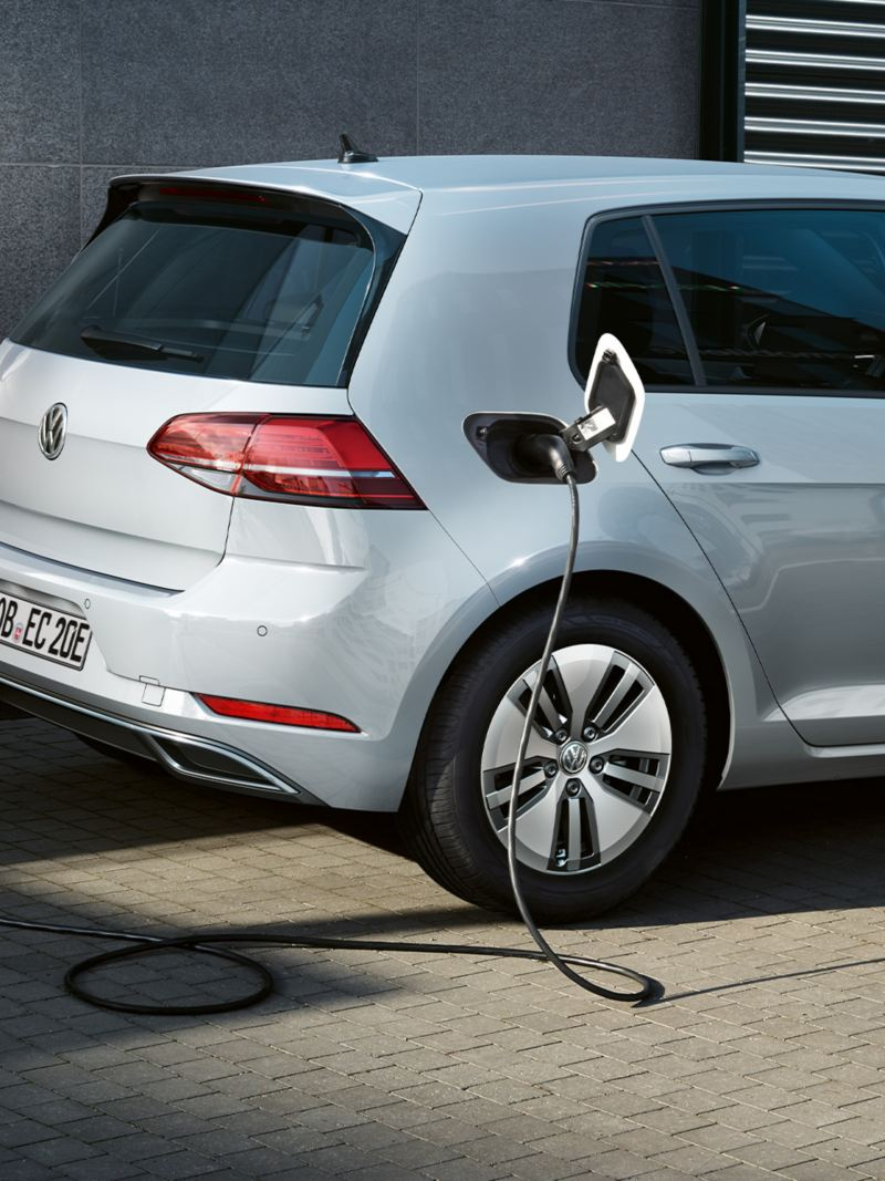 La VW e-Golf en train d'être rechargée à une Wallbox