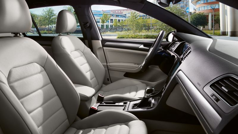 Interieur VW Golf Variant TGI mit hellen Ledersitzen