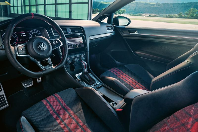 Interior do Volkswagen Golf GTI TCR, vista para os bancos da frente