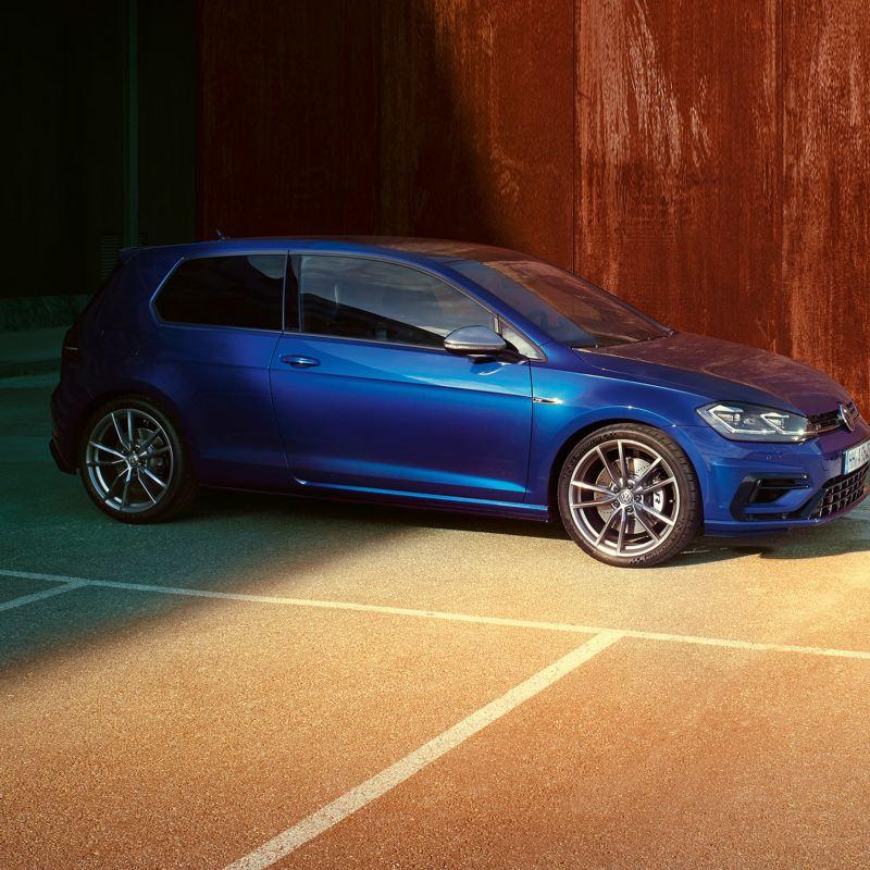 VW Golf TGI auto a metano blu parcheggiata