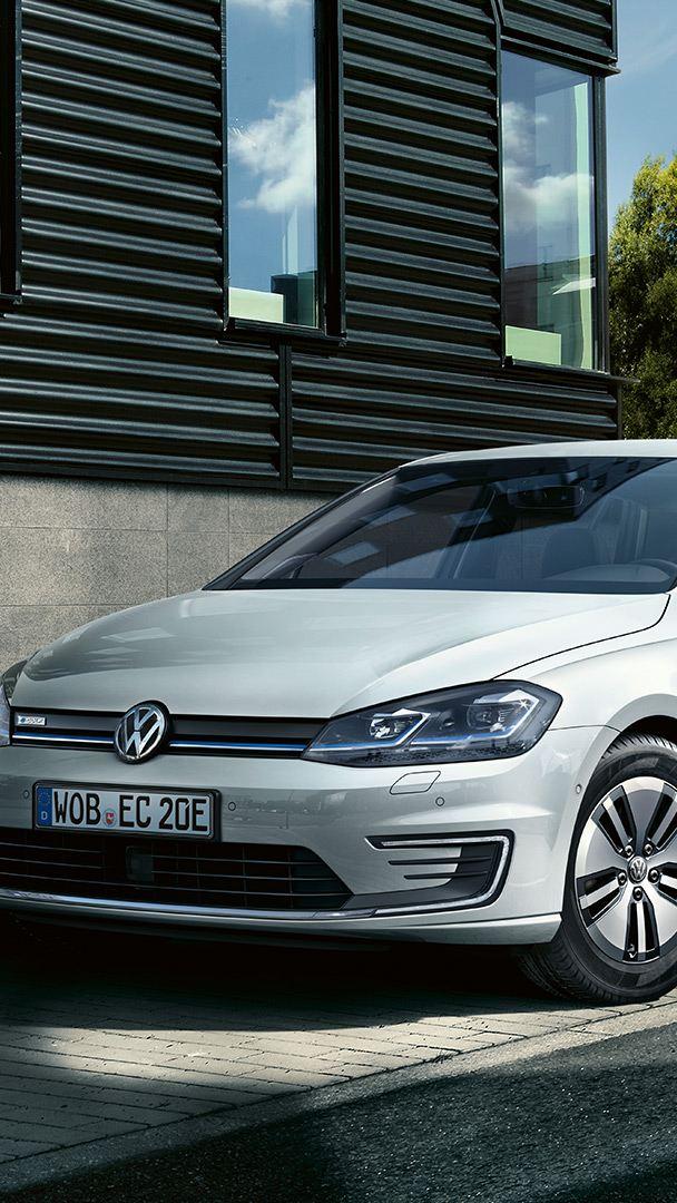 VW e-Golf set fra siden lader ved en ladestander