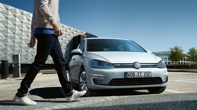 Volkswagen e-Golf parkert på parkeringsplass, mann går forbi