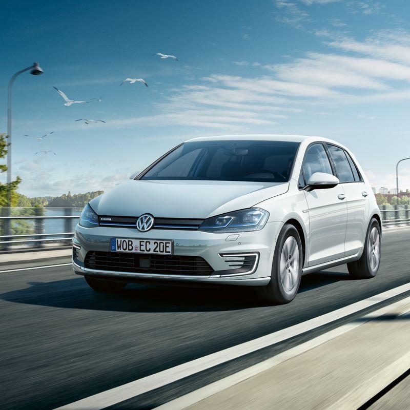 Volkswagen e-Golf kuvattuna takaviistossa, latauspistoke kiinnitettynä autoon