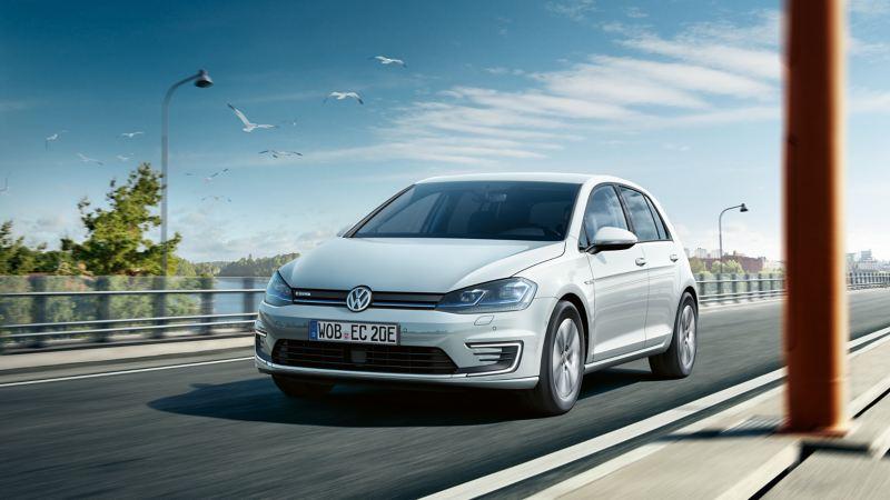 Volkswagen e-Golf kjører på bro