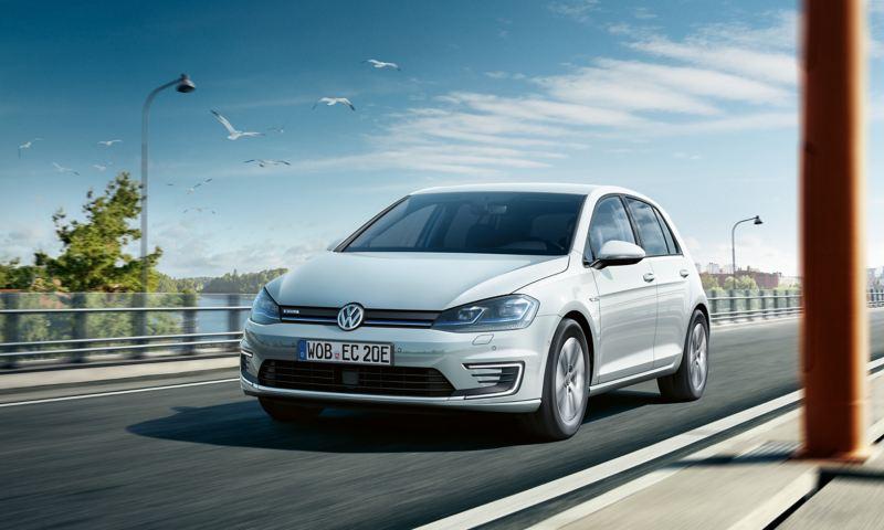 fahrender VW e-Golf von vorne