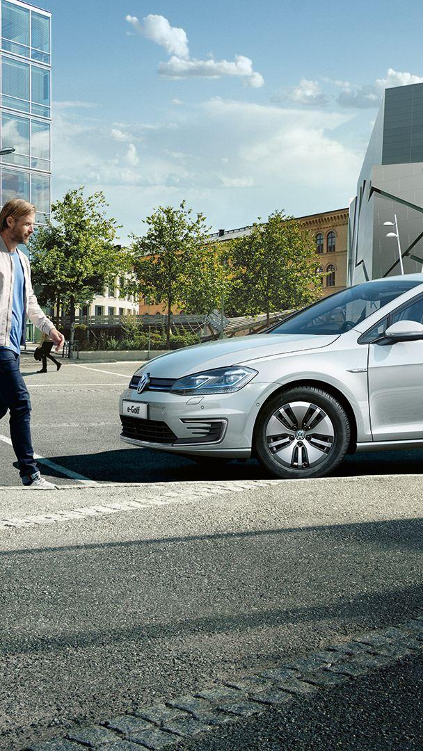 Volkswagen e-Golf, vista laterale, collegata ad una colonnina di ricarica