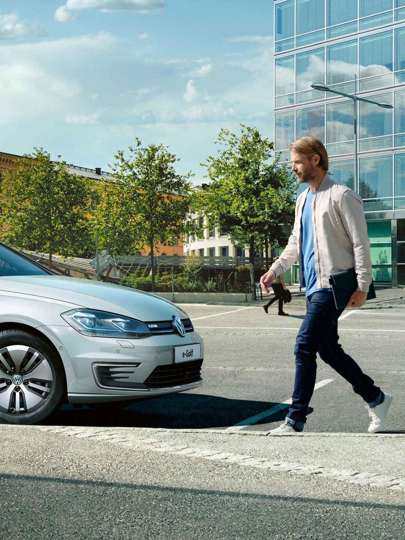 uomo attraversa davanti a VW e-Golf