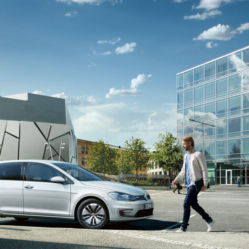 VW e-Golf Seitenansicht lädt an einer Ladesäule
