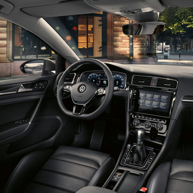 Volkswagen auton kojelauta kuvattuna auton sisältä öisellä kadulla