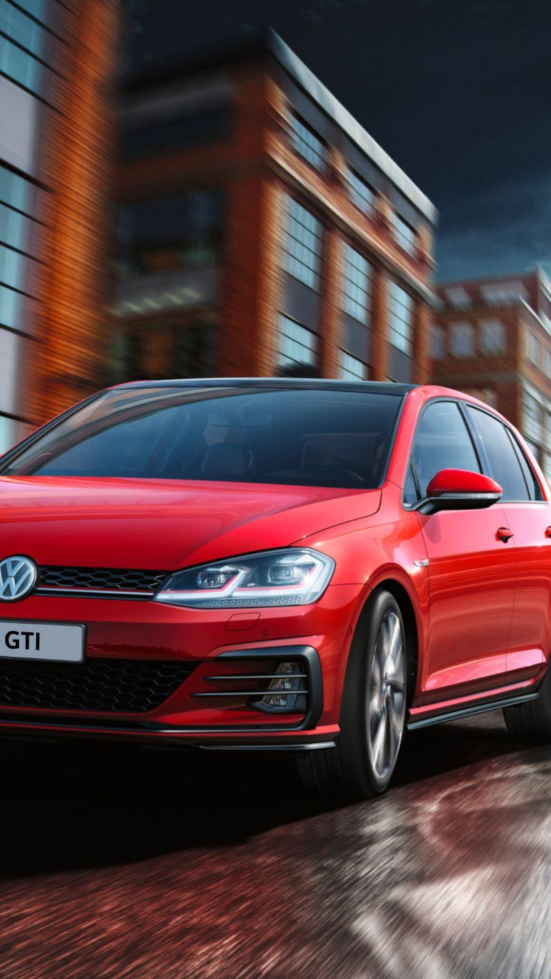 Volkswagen Golf GTI Performance in marcia su una strada