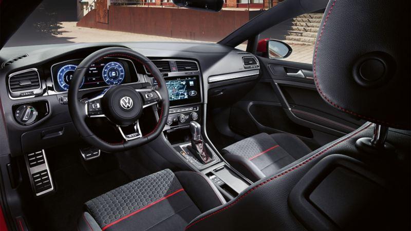 Volkswagen Golf GTI Performance, vista degli interni dal sedile del conducente
