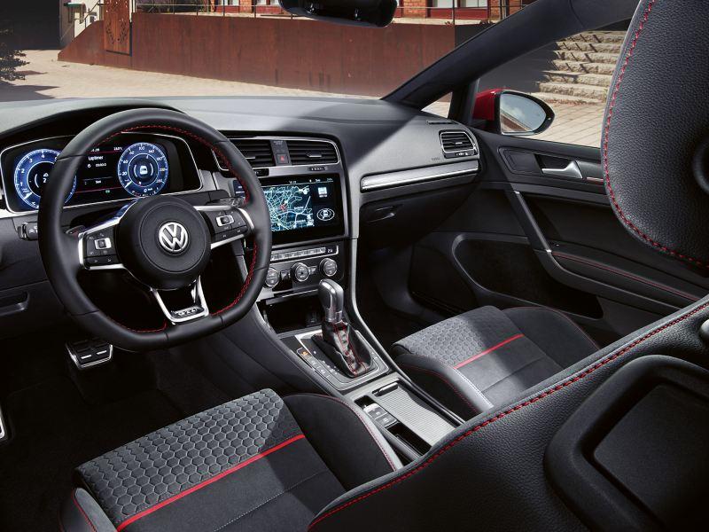 Vue de l'intérieur de la VW Golf GTI Performance depuis le siège conducteur