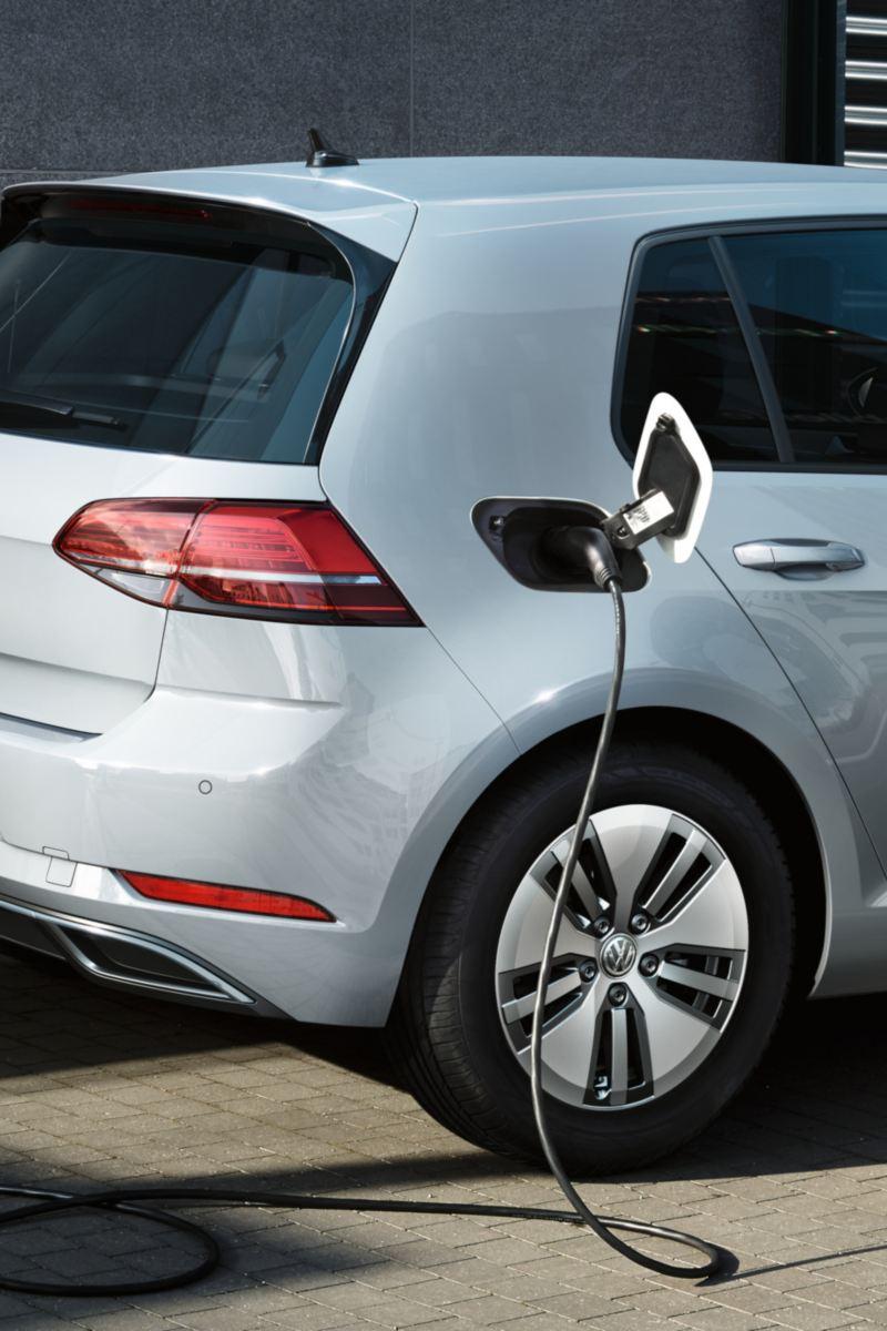 VW e-Golf laadt aan een wallbox