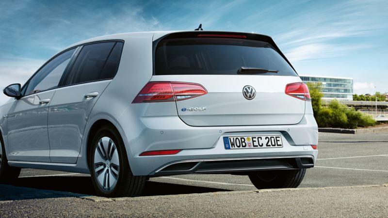 Volkswagen e-Golf parkert på en parkeringsplass