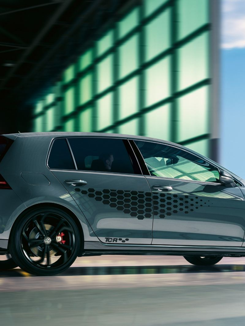 Vue latérale de la VW Golf GTI TCR