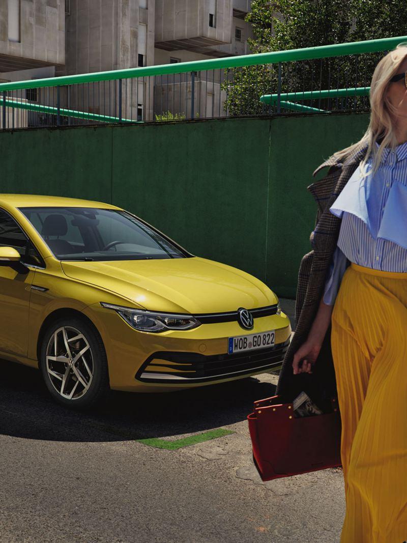 Vettura Volkswagen gialla parcheggiata