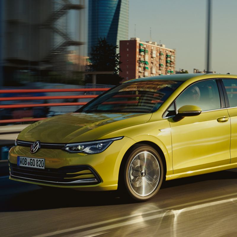 VW Golf Frontansicht in Fahrt