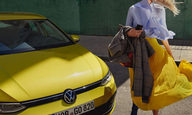 Naine seismas uue VW Golfi ees
