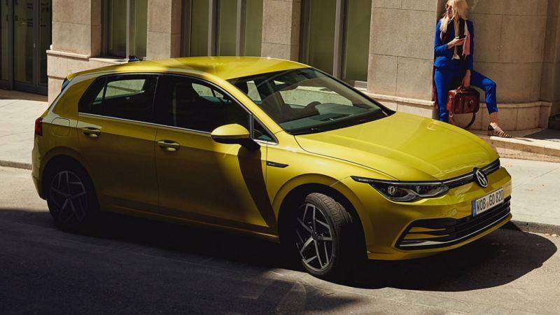 Volkswagen Golf parkert i en gate