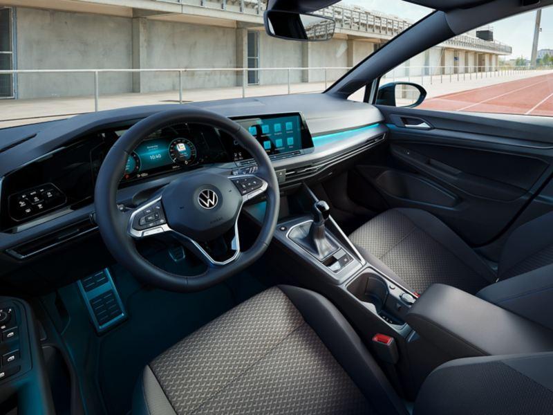 Das Golf UNITED Cockpit, fotografiert durch das Seitenfenster des Fahrers.