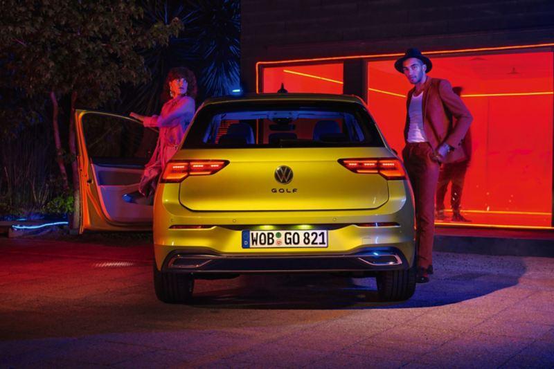 VW Golf Heckansicht mit Leuten