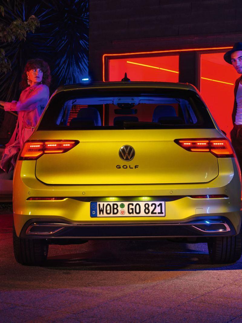Vista traseira do VW Golf com pessoas