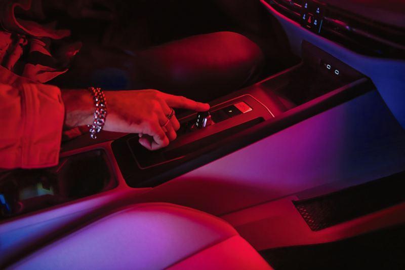 Particolare interni Volkswagen Golf 8 eTSI di notte