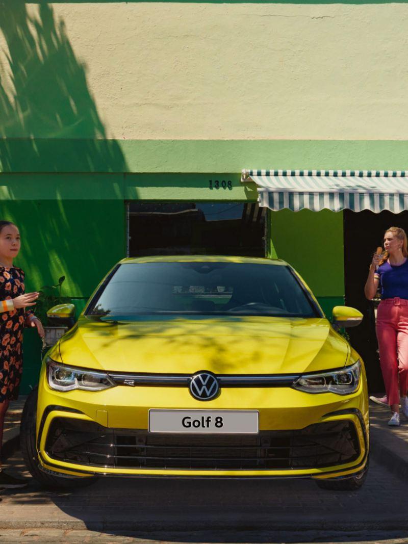 Bambina a fianco di Golf 8 VW vista frontale