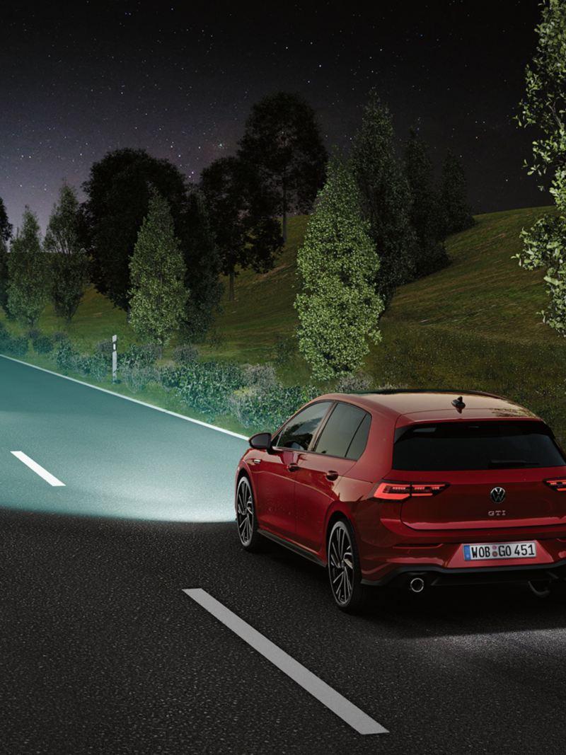 VW Golf GTI in Rot auf der Straße, IQ.Light teilweise abgedunkelt für entgegenkommendes Fahrzeug