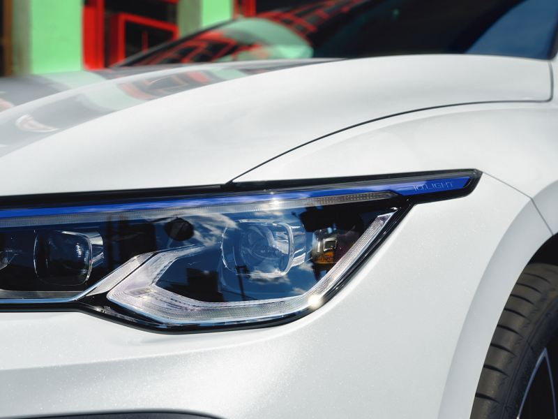 VW Golf GTE in white, detailed view of LED main headlights with IQ.Light