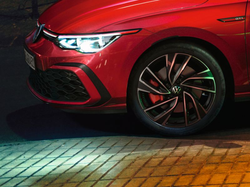 VW Golf GTI in rot, Seitenansicht der Front, detaillierte Darstellung der Nebelscheinwerfer, IQ.Light und Felge