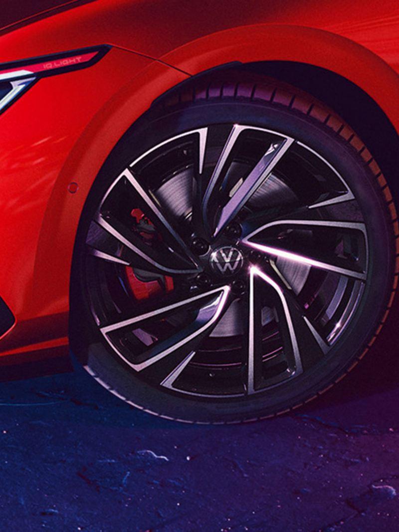 VW Golf GTI in rot, Detailansicht der 19-Zoll-Felge Adelaide