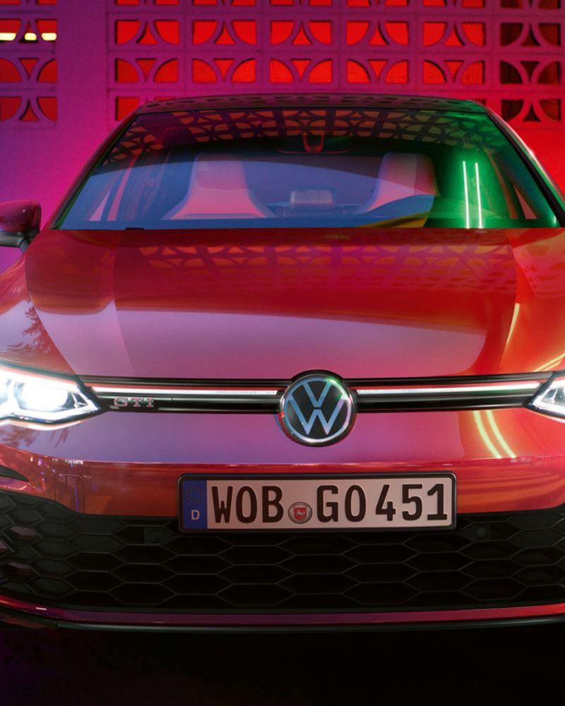 Vista frontale di Volkswagen Golf 8 GTI con fari accesi