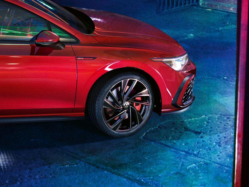 VW Golf GTI in Rot, Detailansicht der Felge Adelaide 19 Zoll