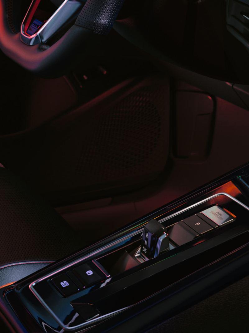 VW Golf GTI Innencockpit, Detailansicht des DSG-Schalthebels und der Mittelkonsole