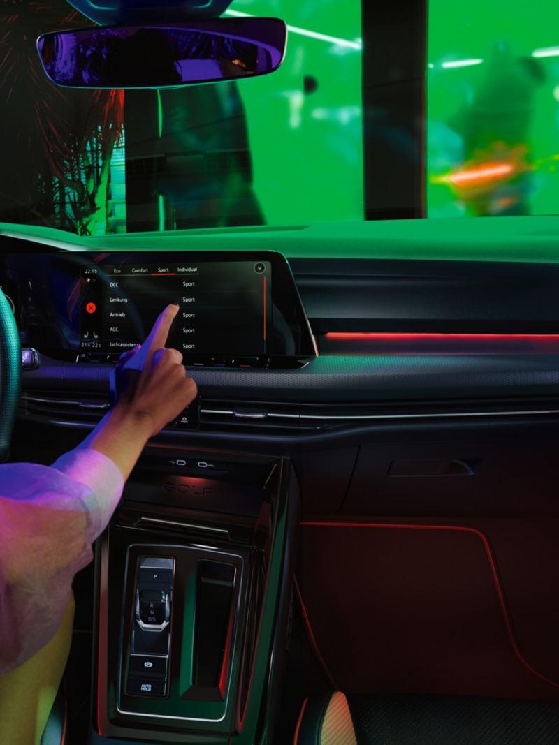 VW Golf GTI Interieur, Cockpit-Ansicht, Frau bedient Infotainment-System