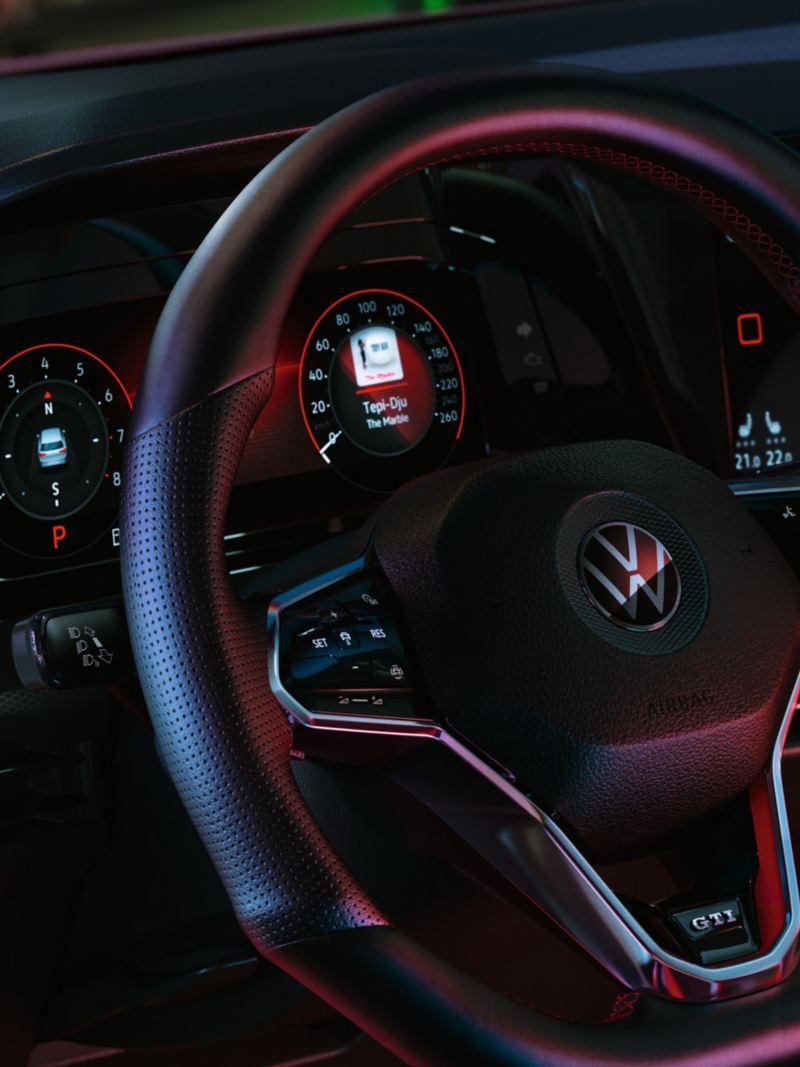 Intérieur de la VW Golf GTI, vue détaillée du volant multifonctions avec le cockpit Innovision en arrière-plan
