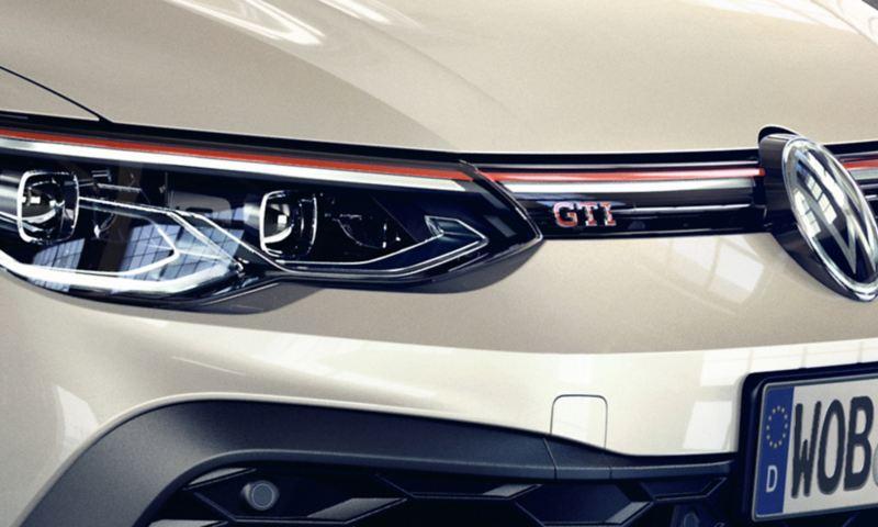 Détail de la Golf GTI Clubsport: bande avant ornée de phares LED, de l'emblème GTI, du logo VW et d'une structure en nid d'abeille