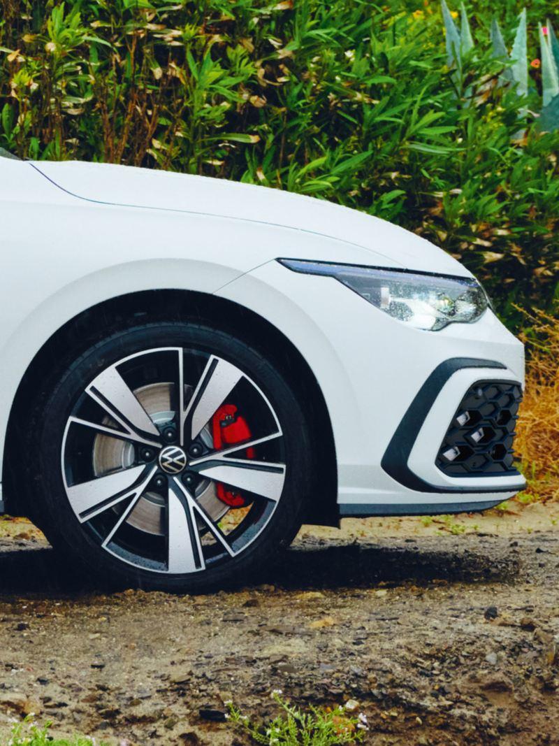 VW Golf GTE in weiß, Detailansicht Felge Bakersfield, 18 Zoll, im Vordergrund Beine in pinker Trainingshose
