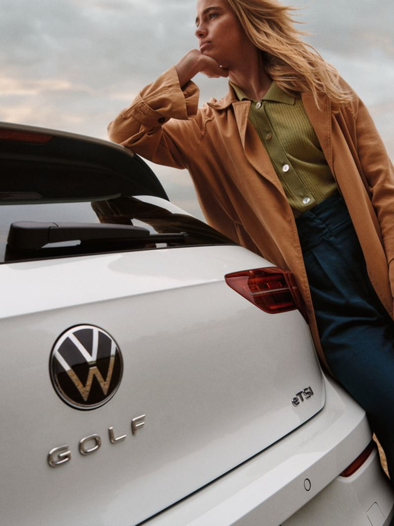 Badge eTSI sul posteriore di Golf 8 eTSI Volkswagen