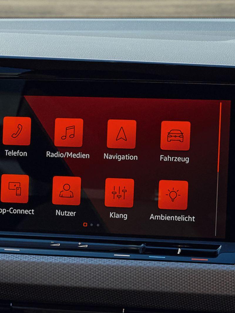Detail-Aufnahme des Discover Media Infoainment Systems im VW Golf ACTIVE.