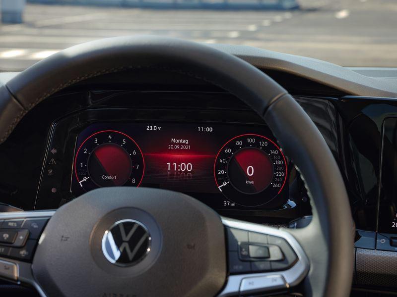 Detail vom VW Golf ACTIVE im Cockpit vom Kombiinstrument Digital Cockpit Pro mit Farbdisplay.