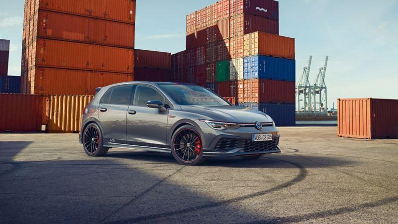 Grauer VW Golf GTI Clubsport 45 steht inmitten von Reifenspuren am Hafen, rote Bremssättel fallen ins Auge