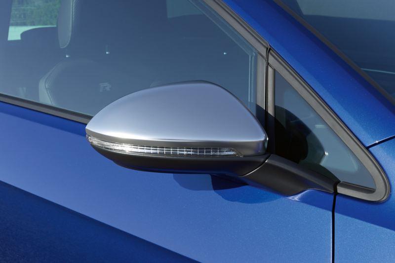 Boîtiers de rétroviseurs de la VW Golf Variant R en noir, chrome et carbone.