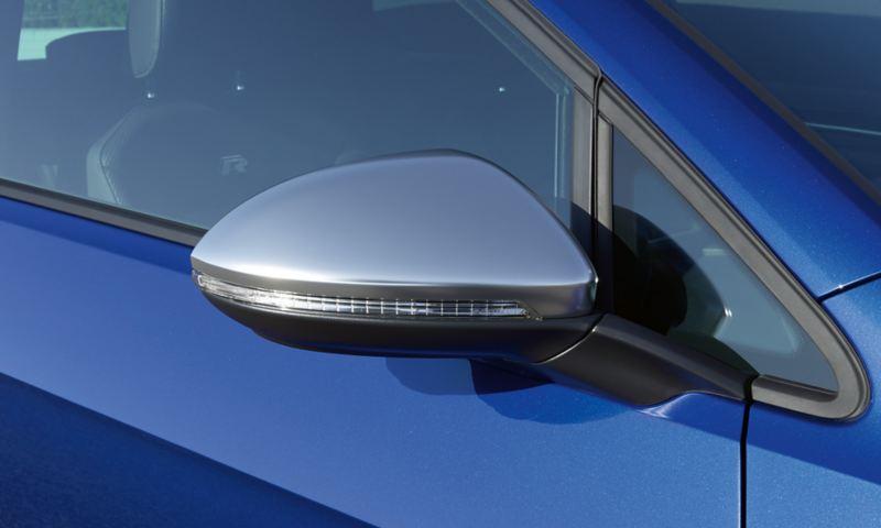 Design av ytterbackspeglarna på VW Golf R Sportscombi i svart, krom och mörkgrått.