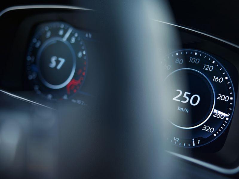 Widok przez kierownicę na wskaźnik prędkości i prędkości obrotowej VW Golfa R Variant
