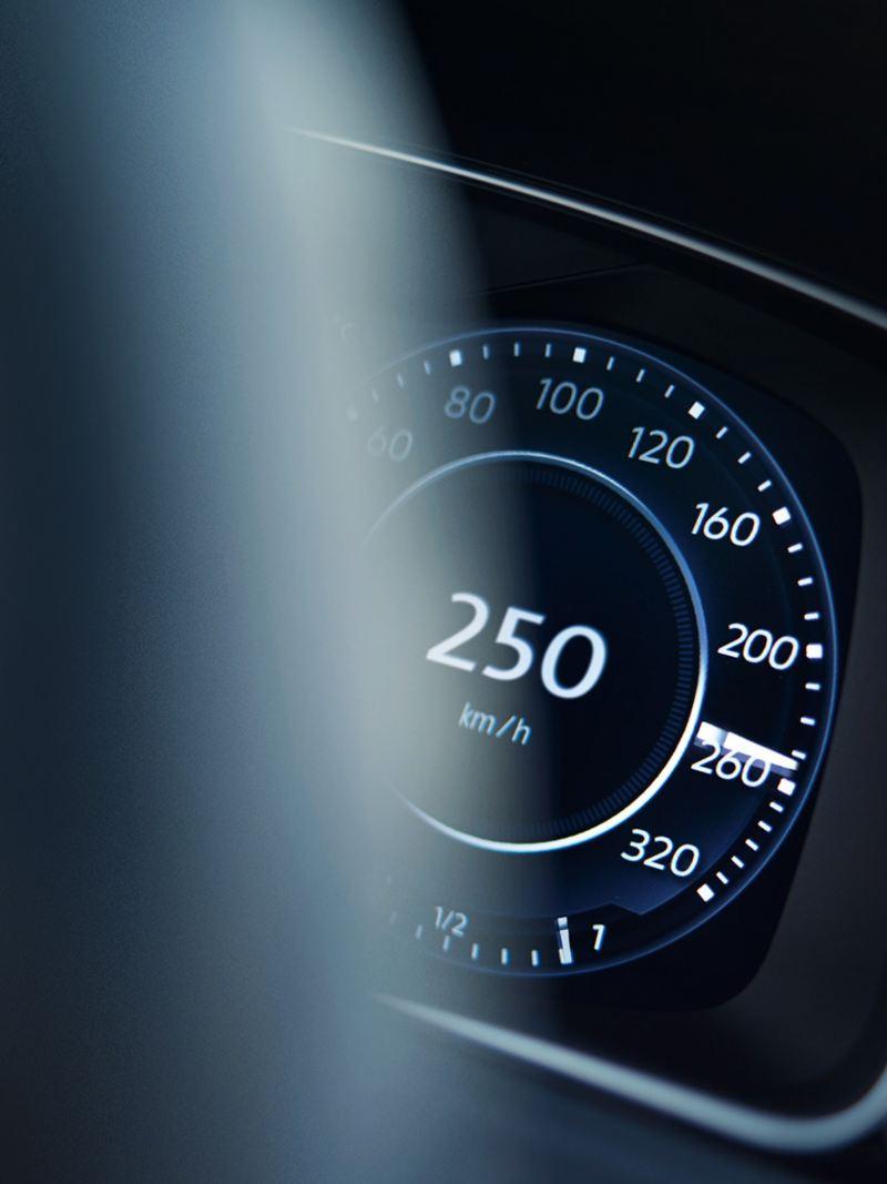 Blik door het stuurwiel op de weergave van snelheid en toerental in de VW Golf R Variant