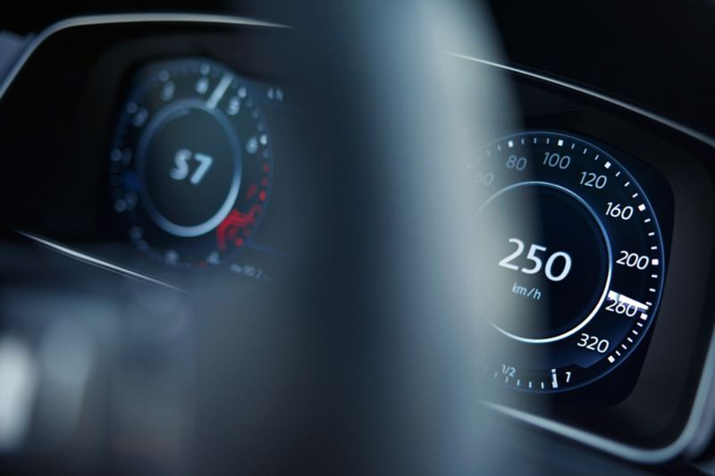 View through the steering wheel onto the speed and rotational frequency display of the VW Golf R