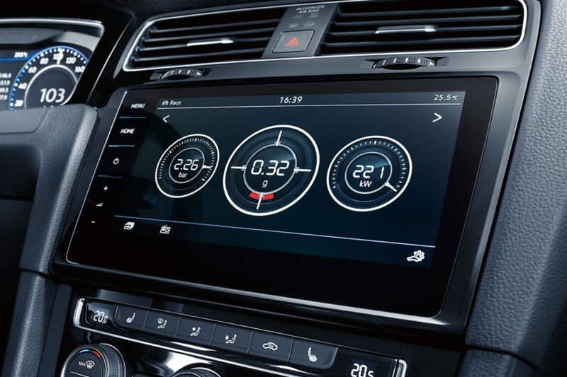View onto the middle console with Discover Pro. Display shows information about hp, g and bar